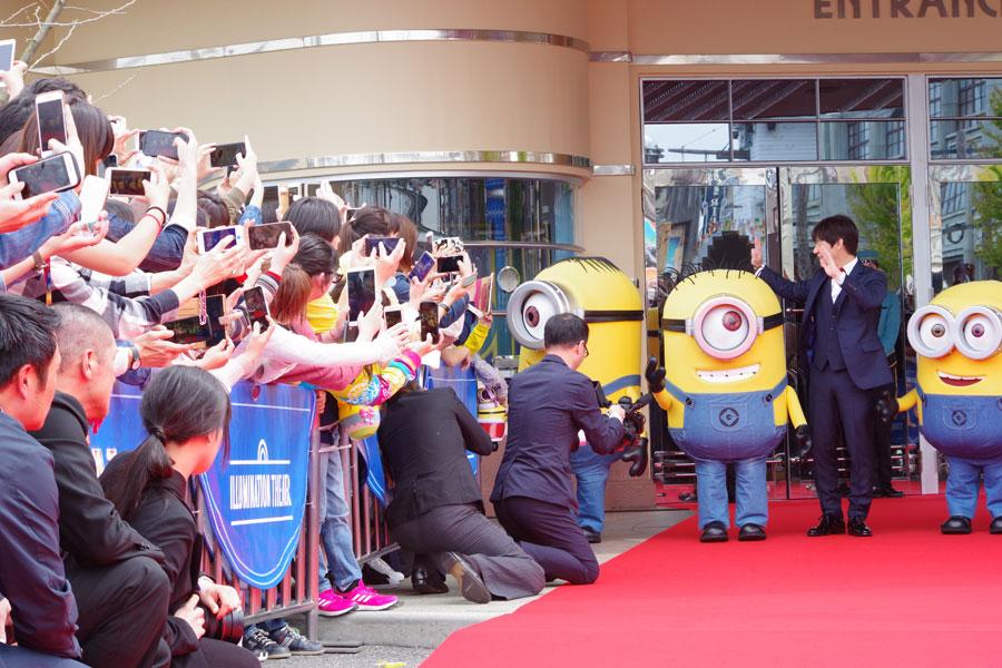 この日招待された多くのゲストにカメラを向けられ、笑顔で応対する内村光良