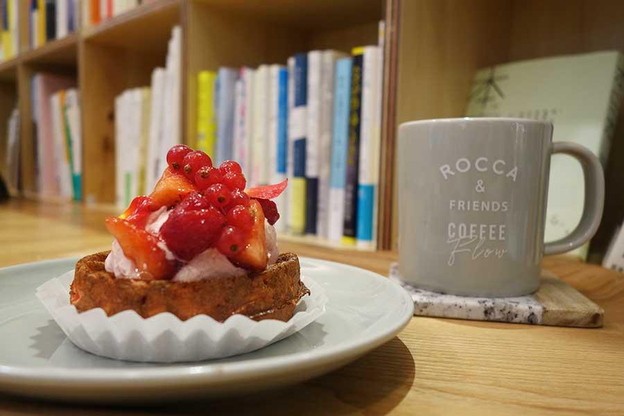 ストロベリーフランボワーズクリーム520円。本棚はデザイン、喫茶、詩集などカテゴリーごとに選別されている