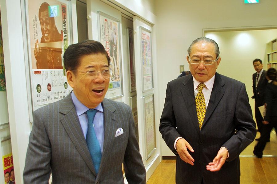 常設展示エリアで思い出話に花を咲かせる西川きよし(左)と松竹新喜劇・渋谷天外(24日・大阪市内)