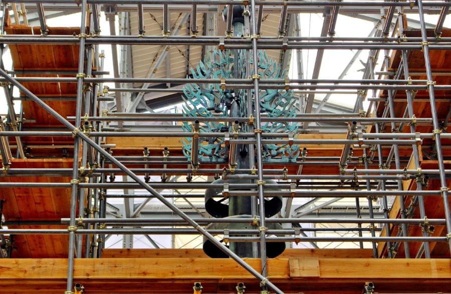塔上部に据え付けられた新調されたばかりの水煙。創建当初の旧水煙は、今後も折を見て公開されるという