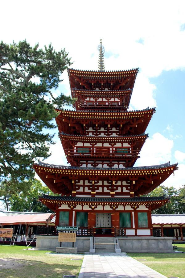 東塔と向かい合って立つ西塔。昭和に創建時の東塔をイメージして再建され、東塔より約1m高い(西塔:約36m、東塔:約35m)