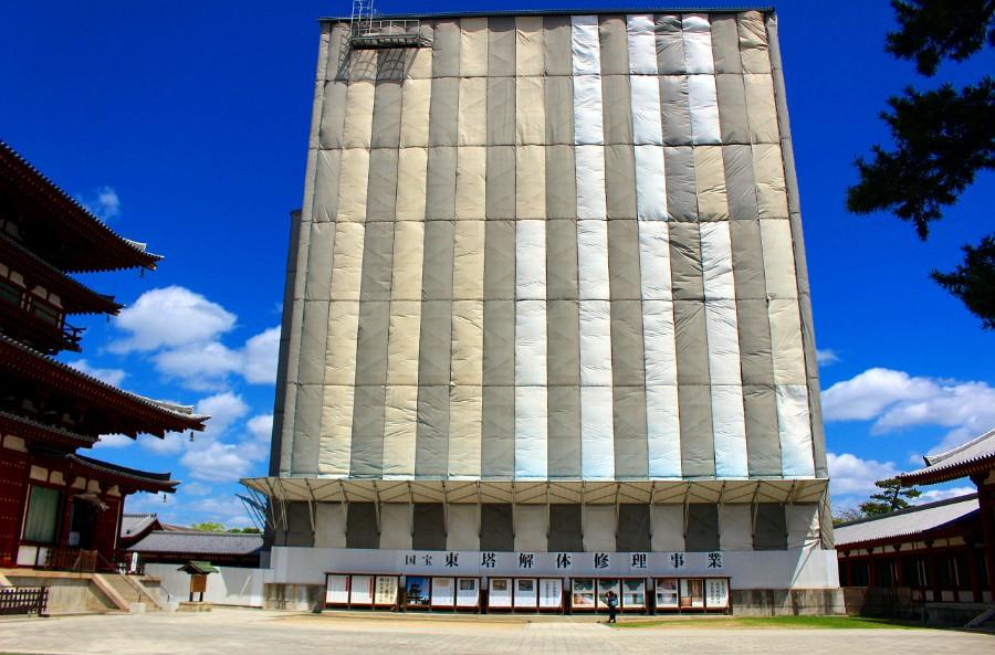 2008年の予備調査を含めると12年かけて、約110年ぶり、史上初の全面解体修理を終えようとしている国宝・東塔。この覆屋は徐々に解体される