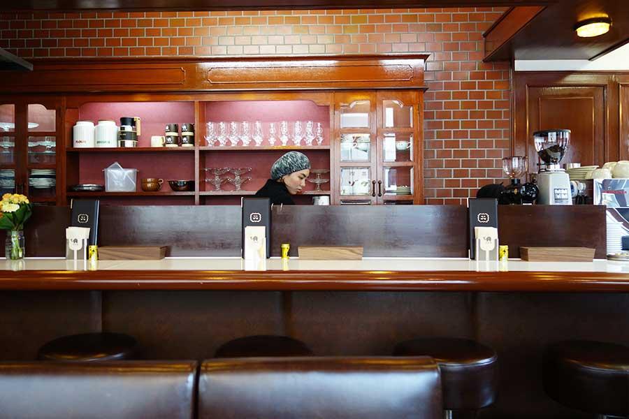 カウンター席とテーブル席から選べる