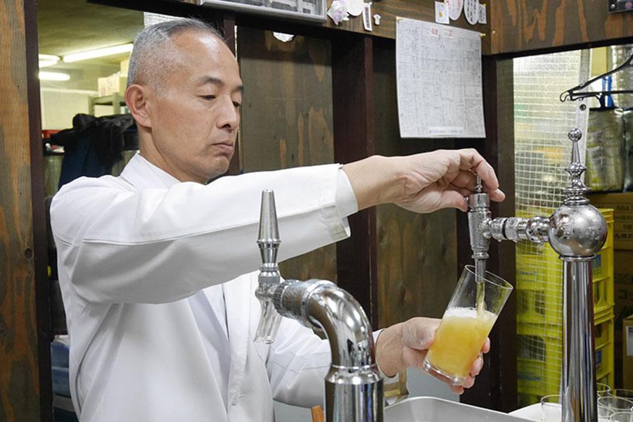 ビールの注ぎ方で、多彩な味を表現する「ビールスタンド重富」のマスター・重富寛さん