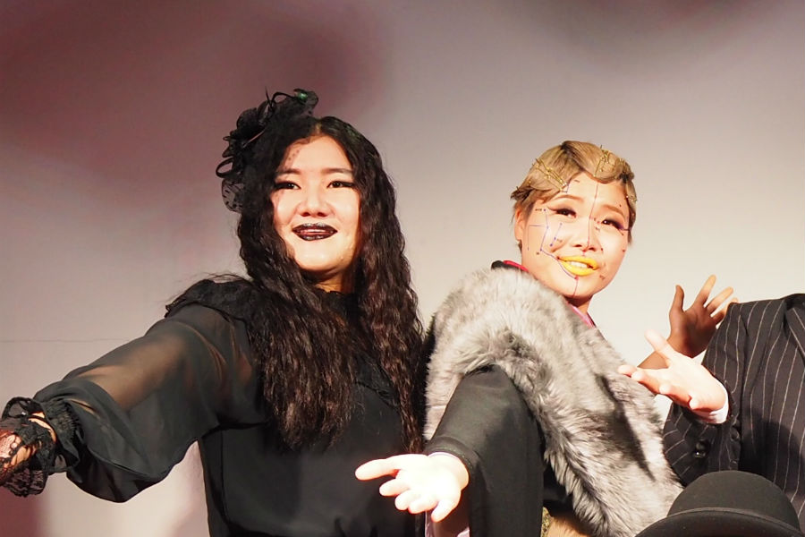 チャイナドレスに身を包む予定だった、ガンバレルーヤ・よしこ(左)と、相方のまひる(11日・大阪市内)