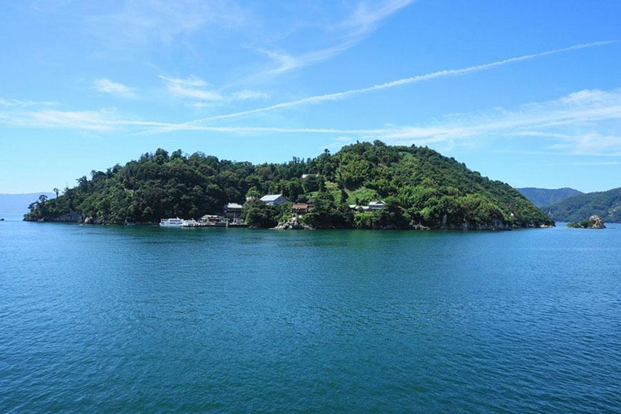 針葉樹の生い茂る竹生島。その美しさから、かつては「琵琶湖八景」と称えられた