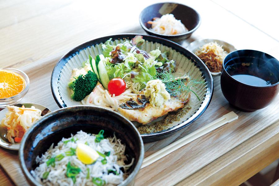 播磨灘のお魚御膳1500円。この日のメインはスズキのオリーブオイル焼き(カフェ マルコウ)