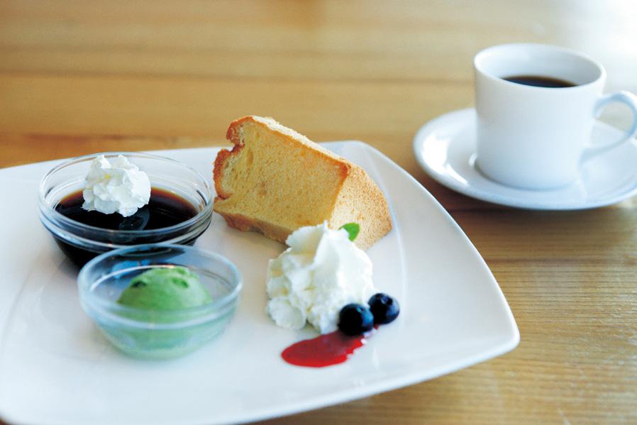 コーヒーゼリー、アイスクリーム、ドリンクが付いたシフォンケーキセット850円(カフェ マルコウ)