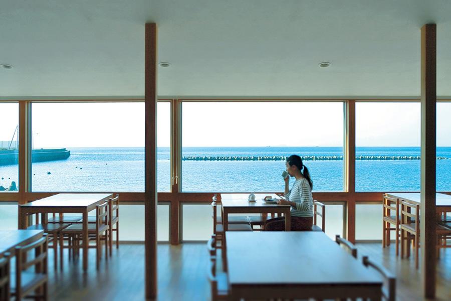 店内は海の景色を主役に設計され、天上の角度などに工夫が(カフェ マルコウ)