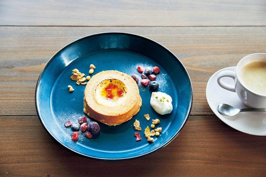 一番人気のmaaruブリュレばぁむ(600円)は、口溶けなめらかなブリュレを穴に流し込み、表面を香ばしくキャラメリゼした1皿。コーヒー400円(カフェまぁる)