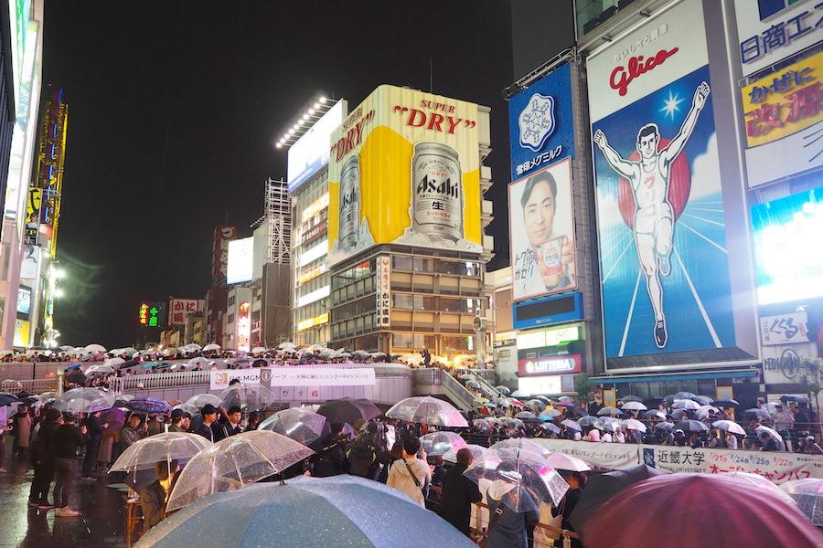 雨にも関わらず、多くの人々が集まった大阪・道頓堀川の様子(1日・大阪市内)