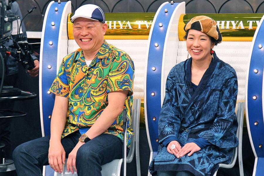 「ドキッとするけど、楽しい。ワクワクする」と話す千原せいじと、泥染め職人の平山智佳さん(右)