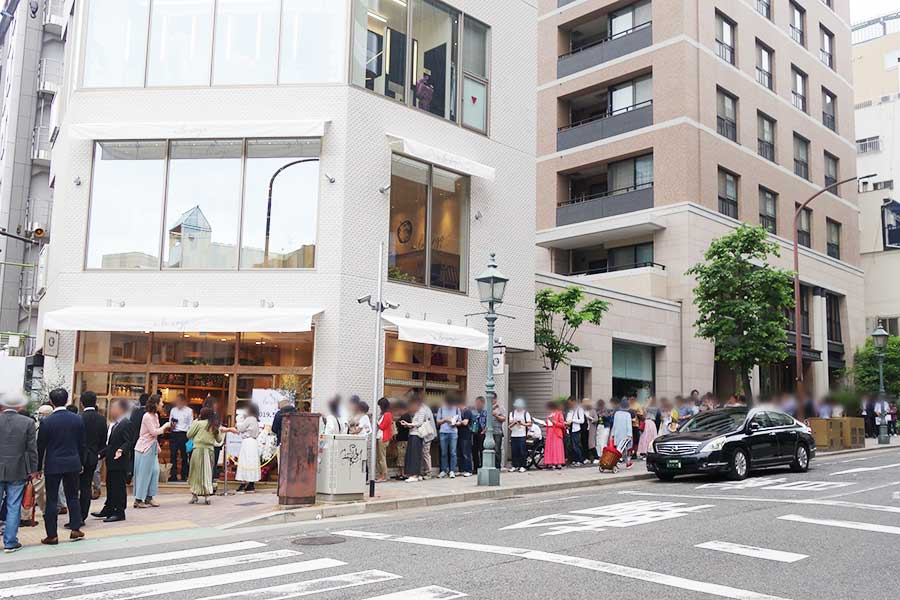 オープン前から、地元の人を中心に行列ができた「a la ringo」