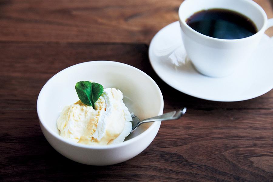濃厚なチーズケーキ200円、コーヒー400円(ブックカフェ アヌイ)