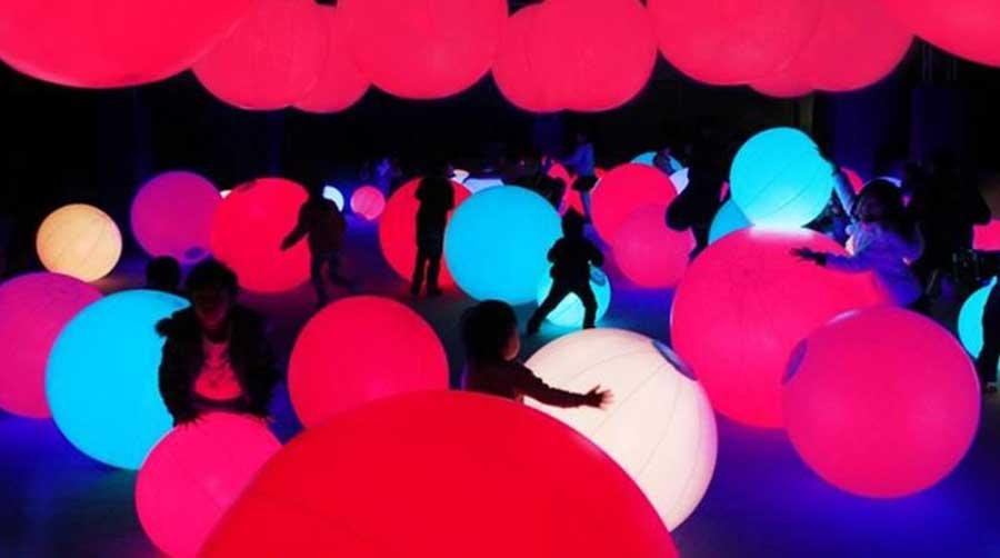 写真に撮る人が続出する「光のボールでオーケストラ」