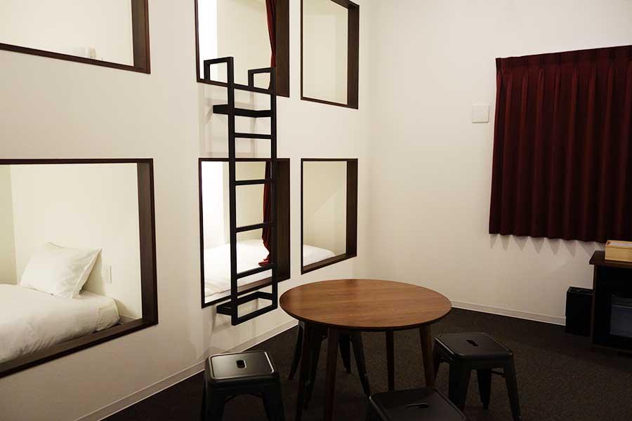 まるで個室感覚が味わえる、2段ベッドが2台。グループでの宿泊に便利そうだ