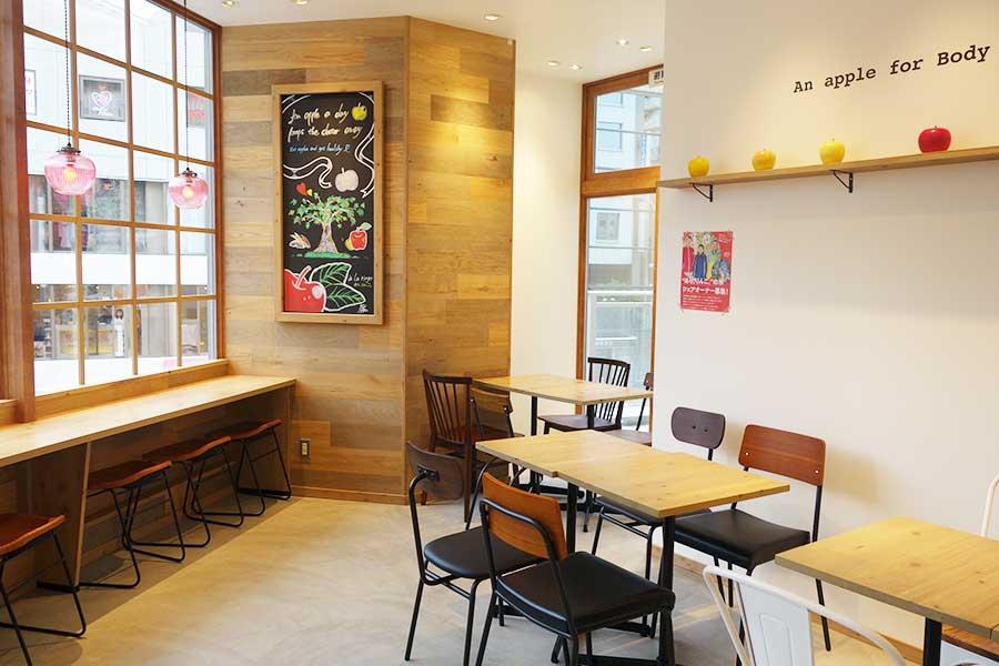 2階のカフェスペース。青森在住の作家によるりんご作品も展示