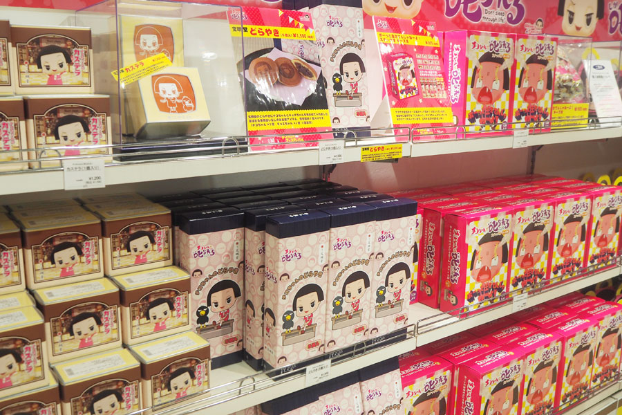 チコちゃんとキョエちゃんを焼き印で入れた「文明堂」のどらやき(1500円・税別)や、チコちゃんがプリントされたカステラ(1200円・税別)が人気