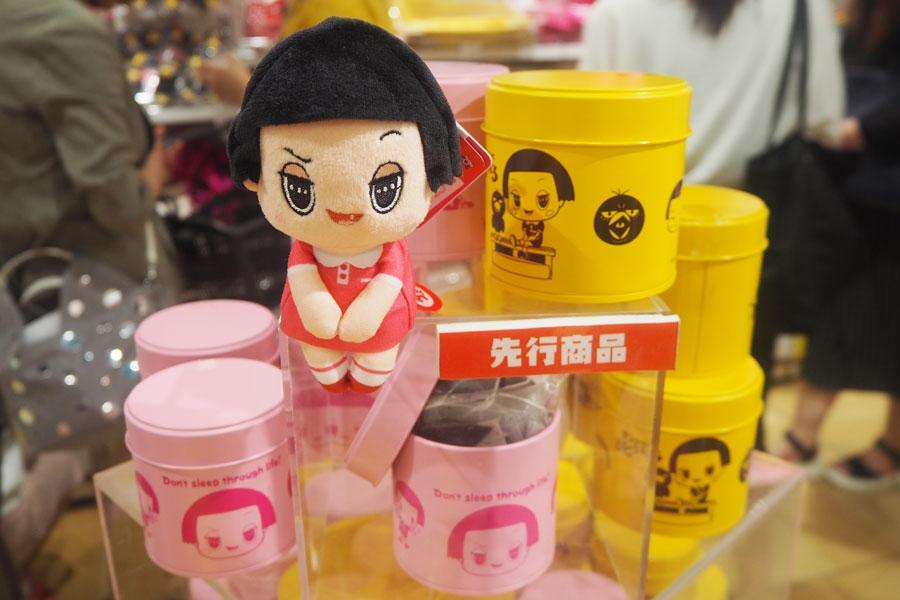 「ちょっこりさん チコちゃん」(1300円)と、大阪先行商品の「ティーバッグ8袋入 紅茶缶」(各950円)※すべて税別