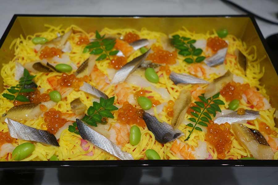 美しく盛りつけられたちらし寿司