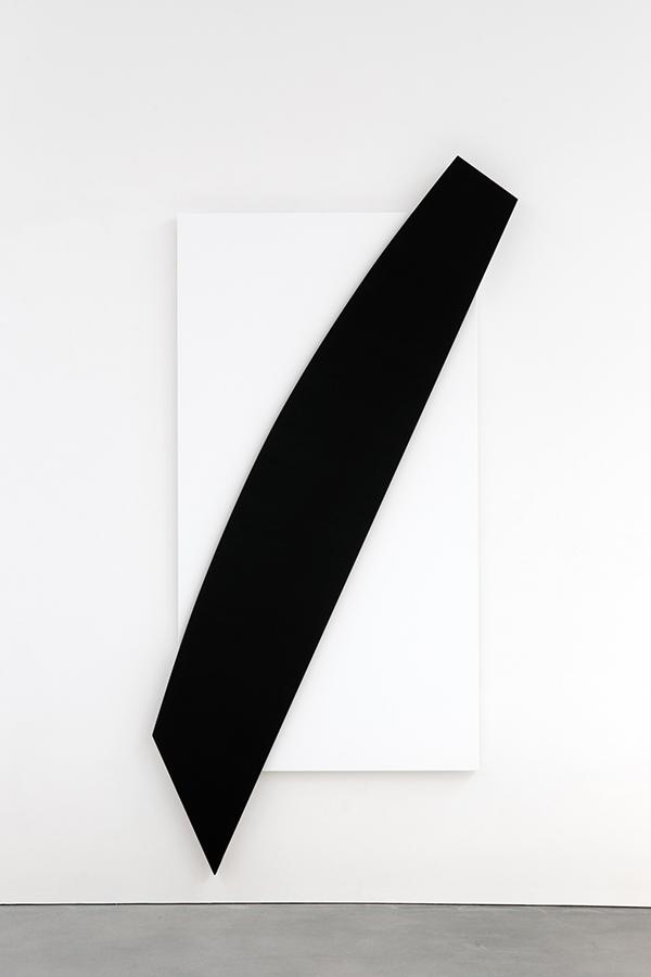 エルズワース・ケリー《斜めの黒いレリーフ》2010年 Estate of Ellsworth Kelly, courtesy Matthew Marks Gallery