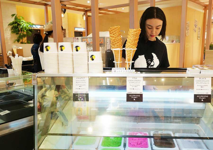 アイスクリームは定番の3種。バニラは季節により、青や紫など色が変化。チョコはブラックカカオを使用し真っ黒