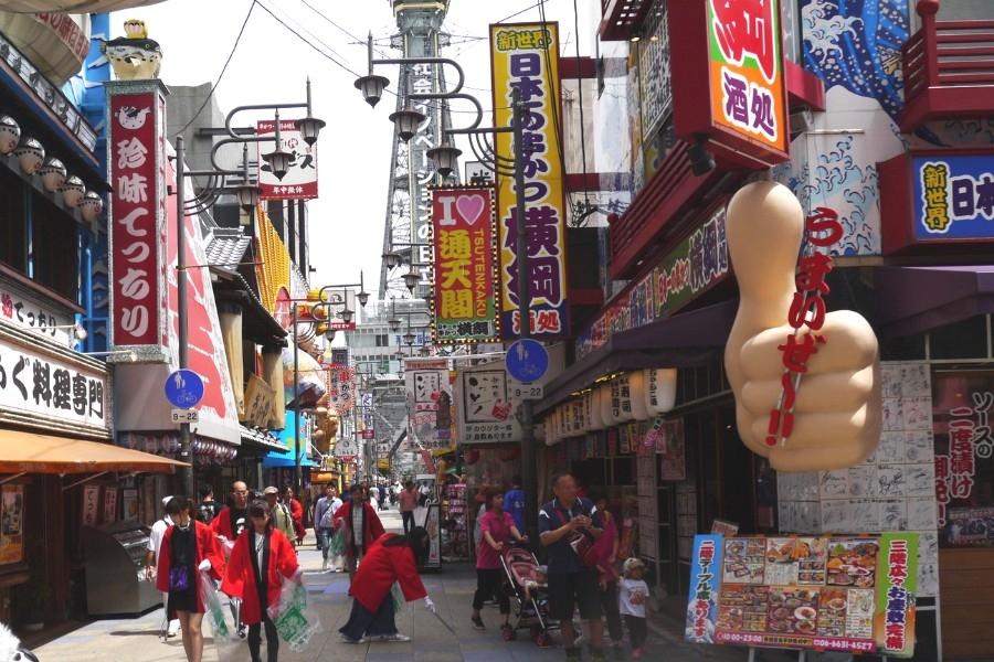 大阪のシンボル・通天閣のお膝元・新世界で清掃活動が開催