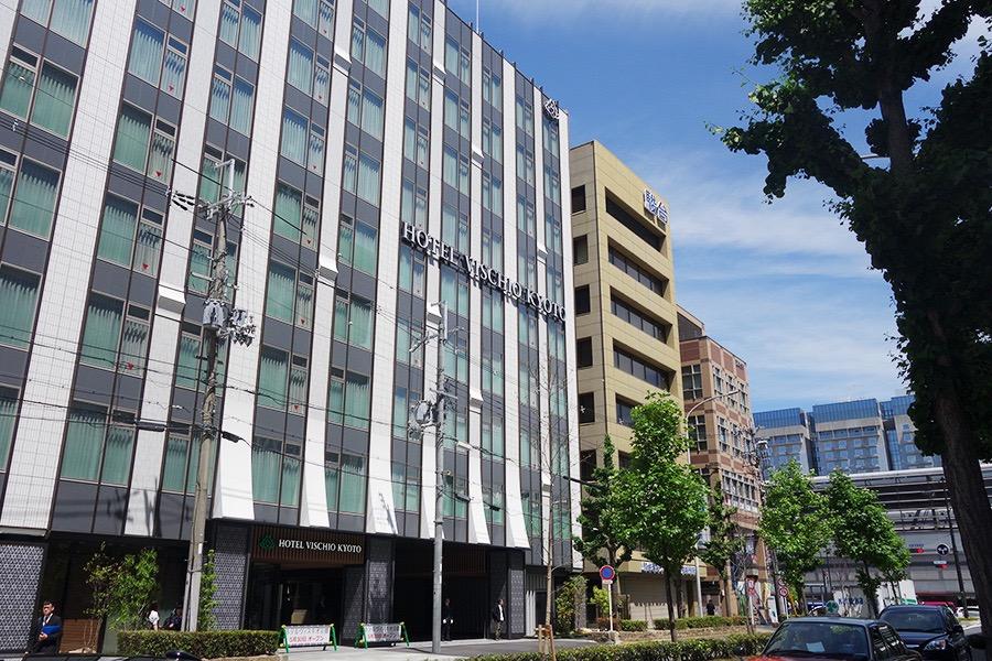 JR京都駅の八条口から徒歩2分と便利な位置に。商業施設「京都アヴァンティ」が目の前