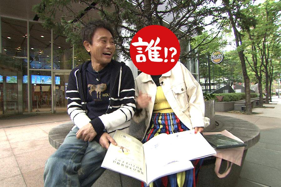 浜田に彼氏役になってもらい、ゼクシィを見ながら「どの式場にするー?」と大はしゃぎの相方 写真提供:MBS