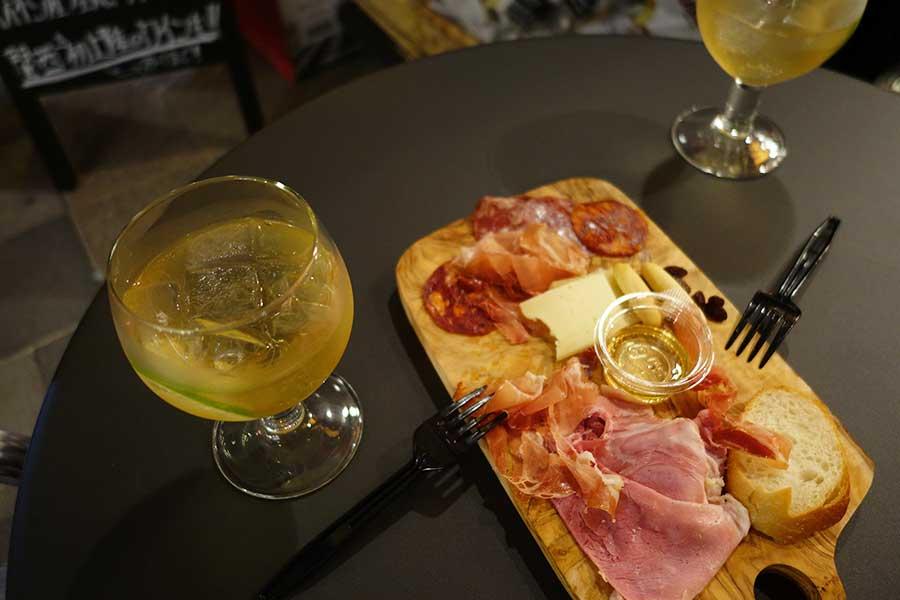 20代女性2人組は、生ハムとチーズの盛り合わせと白ワインを楽しんでいた