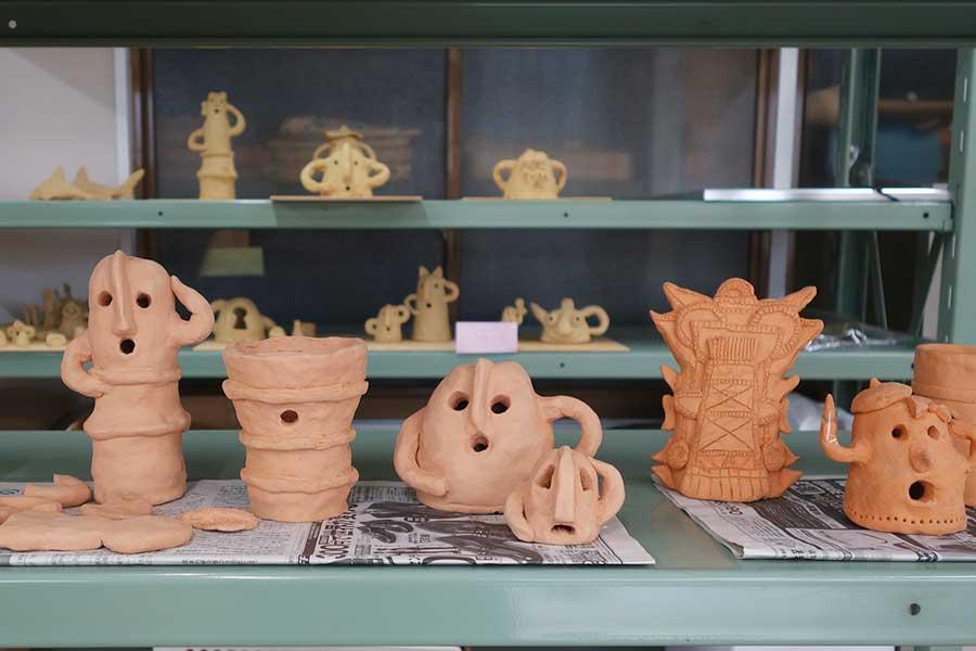 埴輪手づくり体験で参加者が作った埴輪。人型のほか、鳥、家などを作る人も