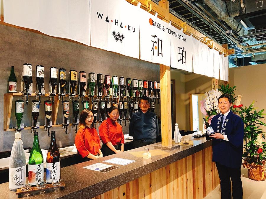 大阪府堺市に唯一の造り酒屋「堺泉酒造」の「千利休」をはじめ、近畿2府4県と三重県の名酒30種ほどがそろうバーカウンター。500円で3種類の飲み比べもできる
