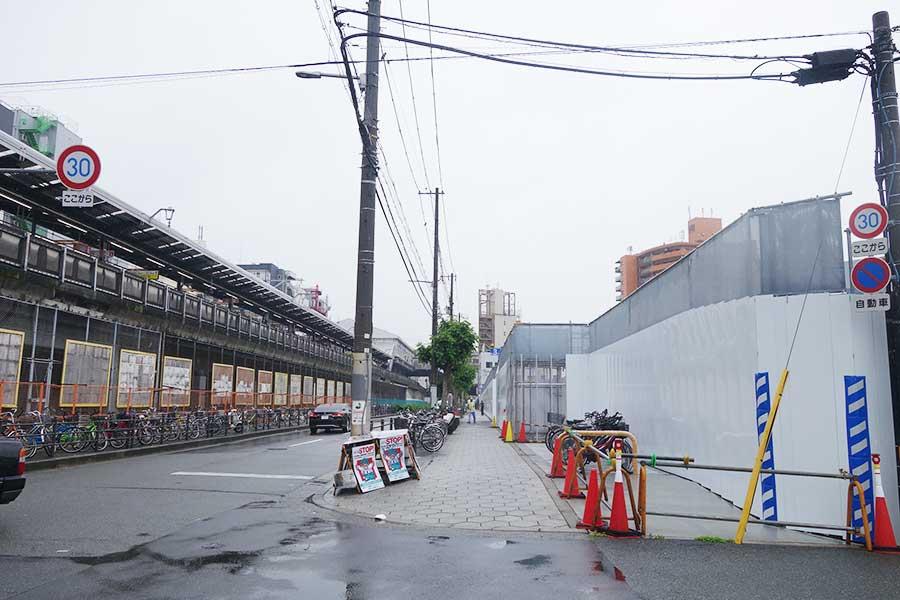 写真右手が建設予定地、左側が大阪環状線の新今宮駅