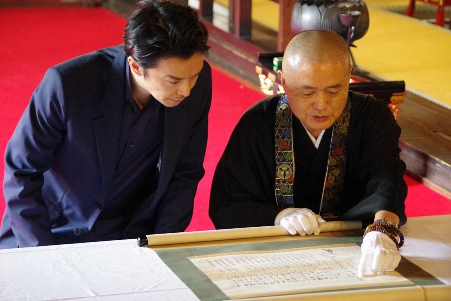 西教寺に残された明智光秀による書状「供養米寄進状」を見学する長谷川博己(20日・西教寺)