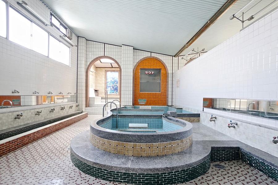 元「御幸温泉」の女湯は、そのままの状態で残し、フリースペースに