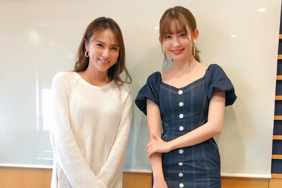 FM OH!『LOVE FLAP』にゲスト出演した小嶋陽菜(右)、左はDJの赤松悠実(22日・大阪市内)