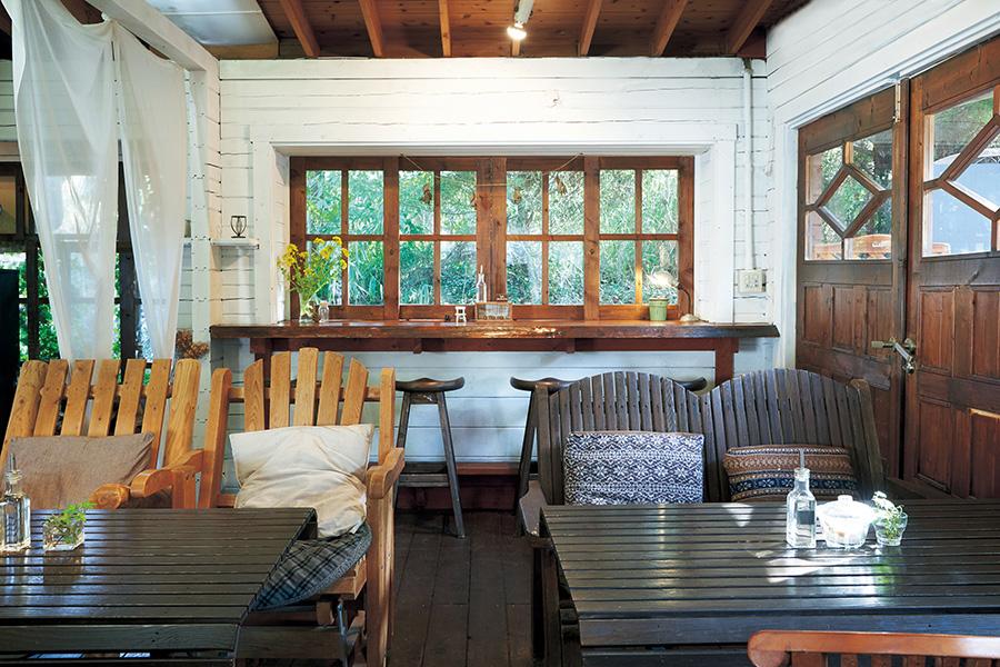 「ラウーベ」の店内。島在住の作家による器や木工、アクセサリーなども販売。フラワーショップも併設(ラウーベ)
