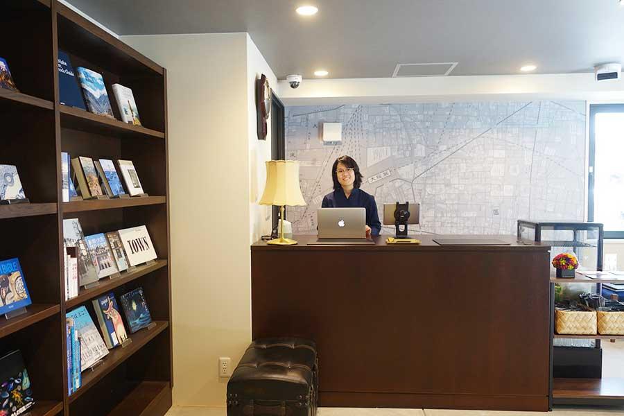 EAST館のロビー。青山ブックセンターがセレクトした本を自由に読むことができる