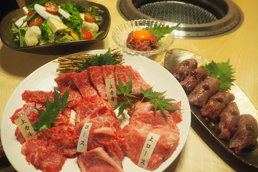 「肉寿司」や「和牛月見とろろスレンド」など新鮮な肉が堪能できるメニューが充実