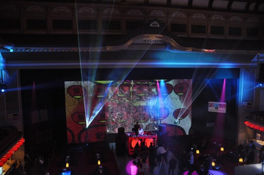 DJも入る『夜マツリ』では、昼にも増して芝居小屋らしからぬトリップ空間に