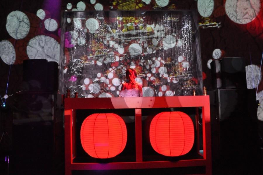 DJブースも大量の水が。イベントでは、DJにtofubeats(17日)、EXILE MAKIDAI(18日)などが出演する