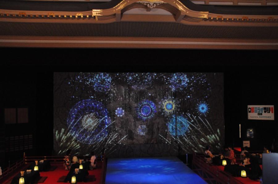 『昼マツリ』では、花火のプロジェクションマッピングを舞台に投影