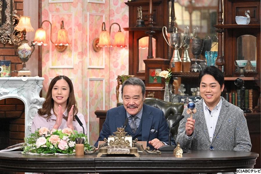 (左から)見習い秘書を務めた丸高愛実、西田敏行局長、三山ひろし