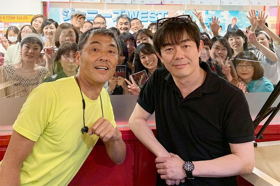 宮沢和史(右)とDJのマーキー(22日・大阪市内)