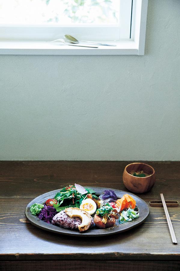 コロッケや半熟卵など、島内の食材がひと皿でいろいろ楽しめる「森のオト。プレート」はドリンクとスイーツが付いて1680円(森のオト。こぞらそう)