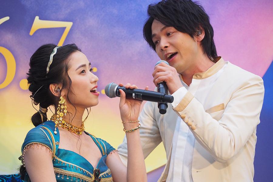 ステージに設置された魔法の絨毯でメインテーマを熱唱した中村倫也(右)と木下晴香(27日・大阪市内)