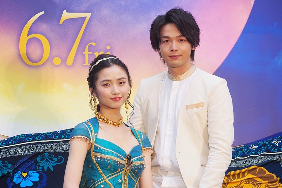 映画『アラジン』の大阪イベントに登場した中村倫也(右)と木下晴香(27日・大阪市内)