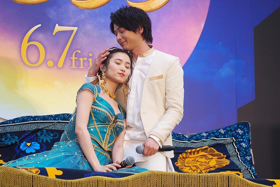 魔法の絨毯の上でメインテーマを歌った中村倫也(右)と木下晴香(27日・大阪市内)