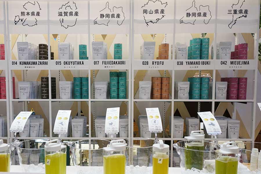 産地で選べる日本茶の店がそろい、写真は「東京茶寮」。水出しのお茶を試飲できる