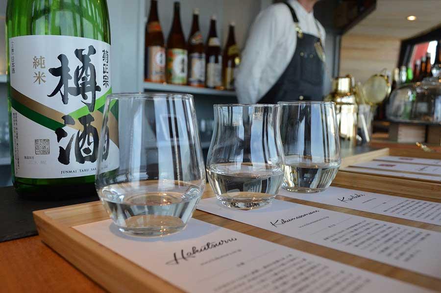 ドリンクメニューは、酒3種飲み比べ(1,500円~)やノンアルコールのタピオカ入り甘酒シェイク(700円)など(いずれも税込)